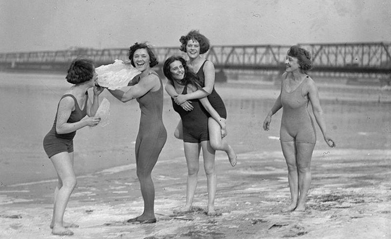 Первые купальники